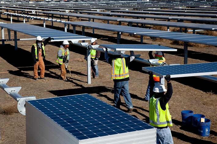 solar-farm-employees-02-©SunPower